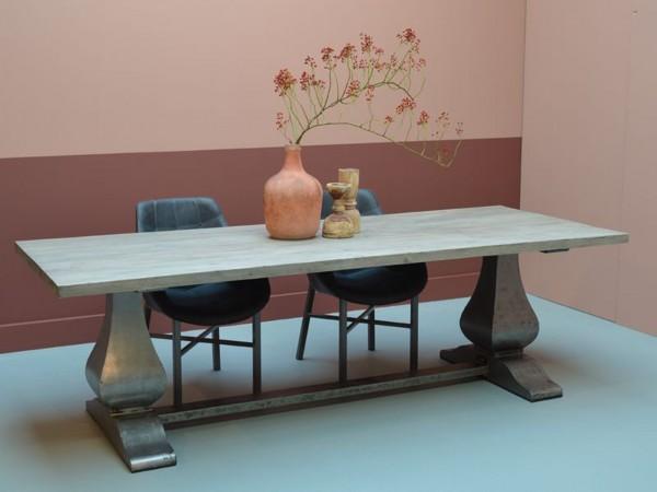 Rustikaler Säulentisch aus Massivholz recycled